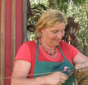 Luzia Birle beim Flechten