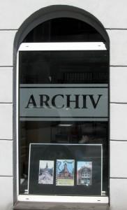 Bogenfenster des Stadtarchivs Remscheid mit ausgestellten Drucken