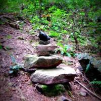 Seltsame Symbole: Ein Steinmännchen