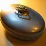 Ein neuer Bettwärmer aus verzinktem Metall mit Schraubdeckel aus Messing.