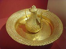 Osmanischer Wasserkrug von 1870 aus Tombak, Museum für türkische und islamische Kunst. Quelle: Wikipedia.