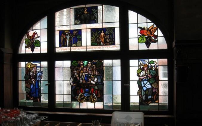 Das Bogenfenster im ersten Stock der griechischen Weinstube