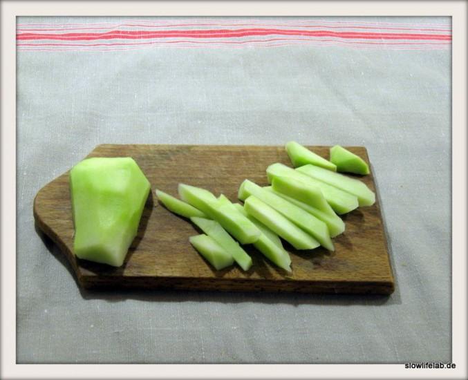 Kohlrabistifte kann man mit einem Messer, einem Hobel oder einem Pommes-Frittes-Schneider herstellen