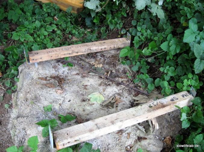 Die Bodenplatte lagert auf britischen Bohlen