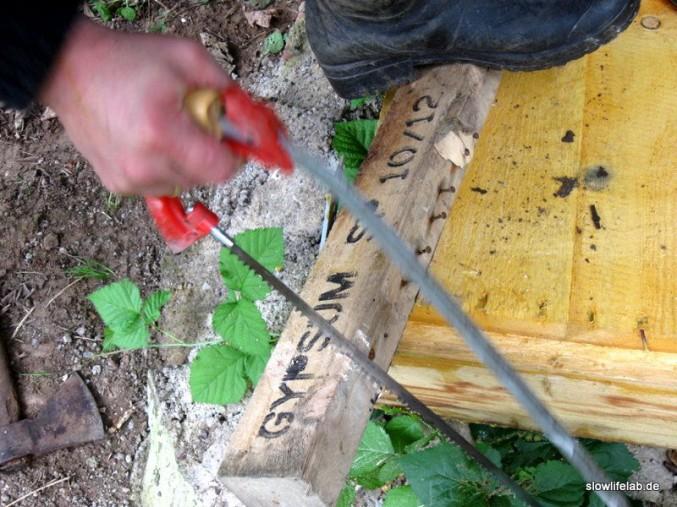 Die Auflagerung für die Bodenplatte wird zugeschnitten