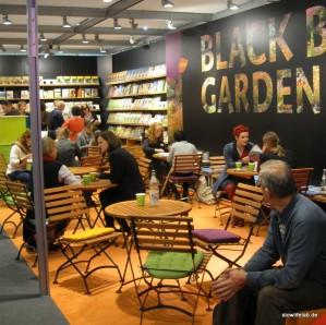 Bücher, Sitzgelegenheiten und vor allem: Warmes Licht am Stand des Ulmer-Verlags