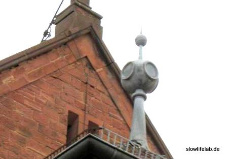 Der Kirchturmknopf gegenüber