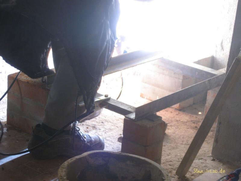 Der Rahmen für den Ofeneinsatz wird geschweißt