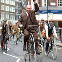 Tweed Run 2013 in London (Quelle Wikipedia, Fotograf: Michael Adrell)