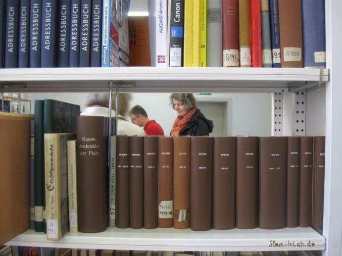 Blick durch ein Bücherregal