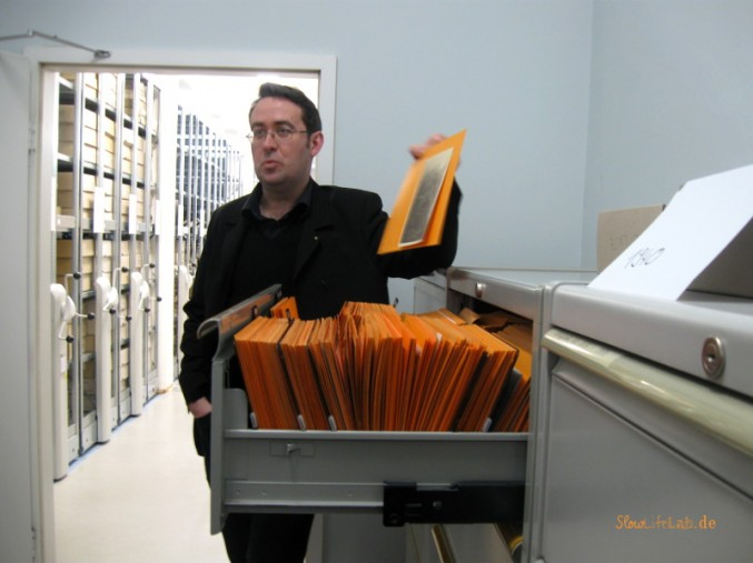 Dr. Kemper präsentiert den archivierte Fotoaufnahmen