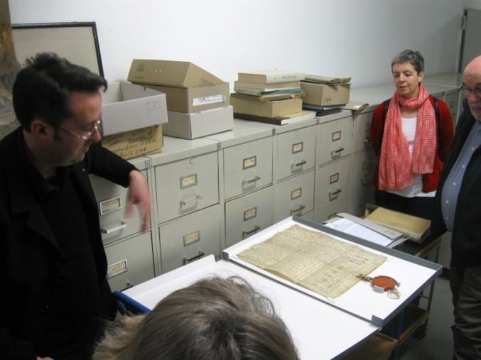 rchivleiter Dr. Joachim Kemper (links) zeigt die älteste Urkunde des Stadtarchivs