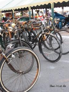 Historische Fahrräder an einem spezialisierten Stand