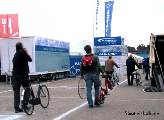 Die Besucher treten den Heimweg an. Natürlich dabei: Das Fahrrad.
