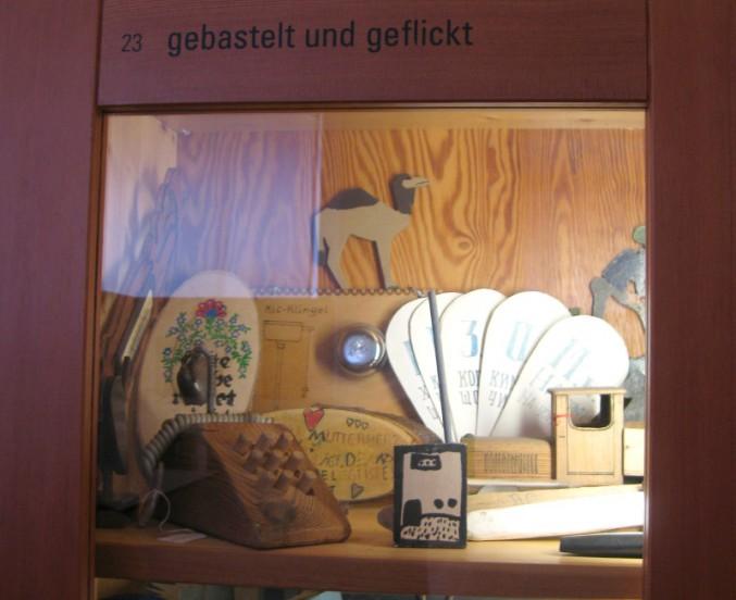Vitrine zum Thema 'Gebastelt und Geflickt' (© Alice Scheerer mit freundlicher Genehmigung des Werkbundachivs -Museum der Dinge)
