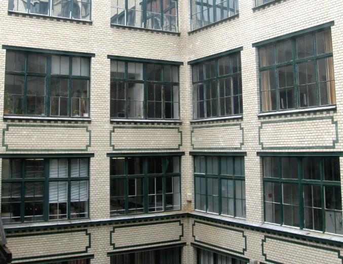Blick in den Innenhof der ehemaligen Fabrik, in der das Museum der Dinge untergebracht ist