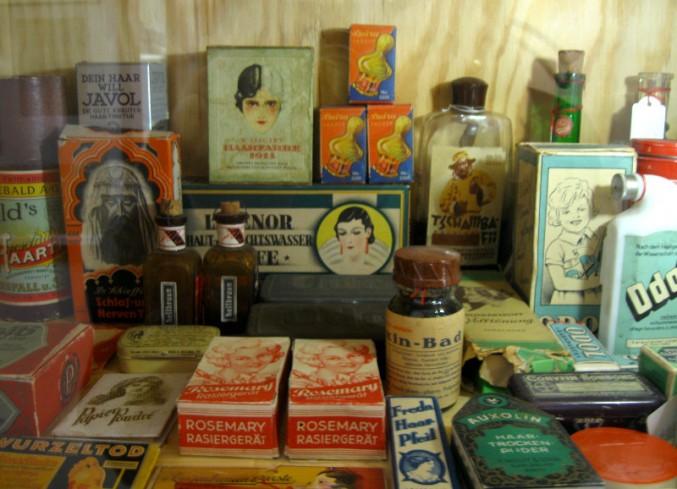 So viele Verpackungen, so viele Produktgeschichten .... (© Alice Scheerer mit freundlicher Genehmigung des Werkbundachivs -Museum der Dinge)