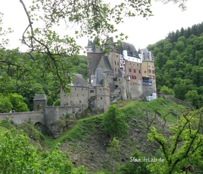 So hoch und so schön! Wolfgang im Innenhof der Burg Eltz im Eltztal, das das Maifeld von der Vordereifel trennt
