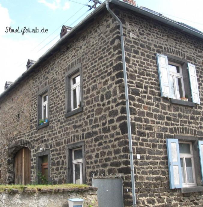 Aus Grauwacken gemauertes Haus