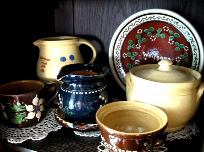 Odenwälder und Marburger Keramik auf Spitzendeckchen