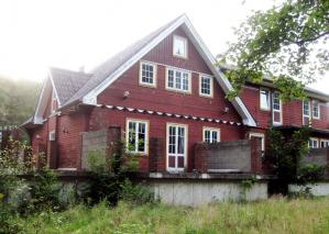 2007 brannte ein Großteil des ehemaligen Erholungsheims ab. Seitdem steht es leer.